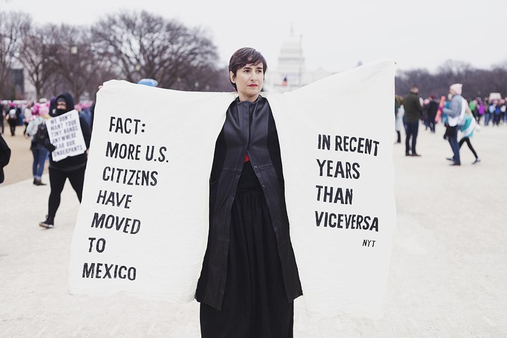 """""""Los diseños fueron realizados específicamente para este evento pero de inmediato atrajeron la mirada de coleccionistas y del Museum of Arts en Boston, que ahora cuenta con dos de estas prendas de protesta""""."""